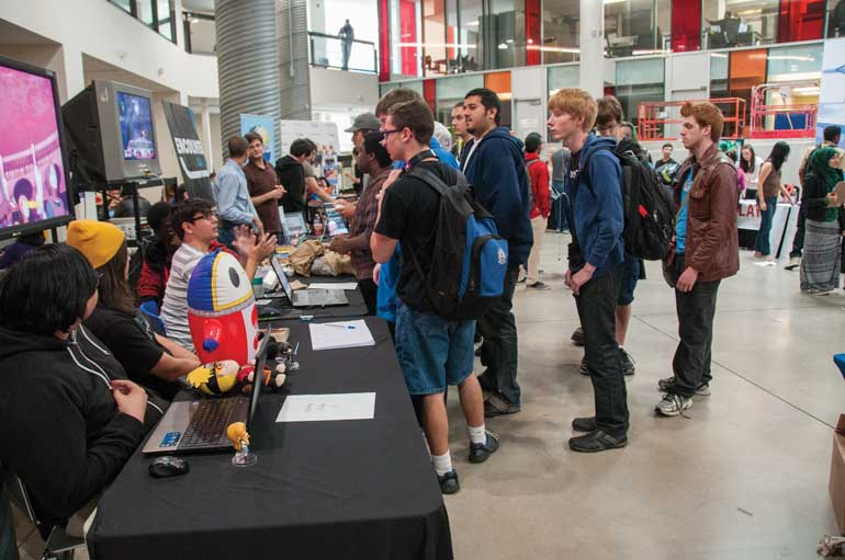 Students lined up to join the dozens of different cultural, athletic and other clubs at this week's HSF Clubs Fair. Photo by Natalia Vega.